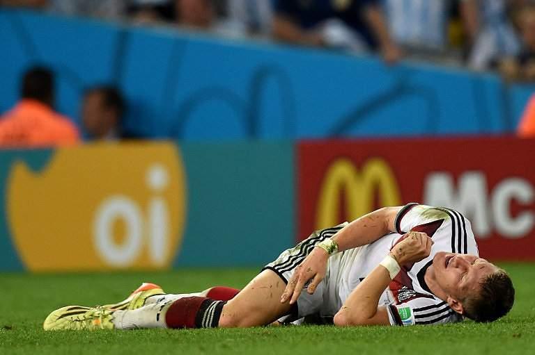 Schweinsteiger fica deitado no relvado