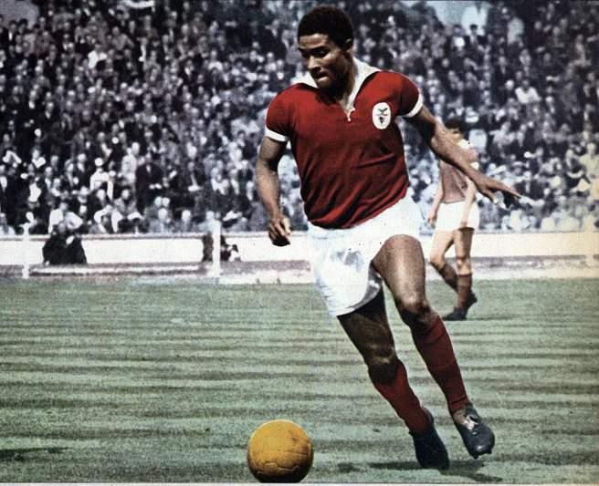 Eusébio conduz a bola