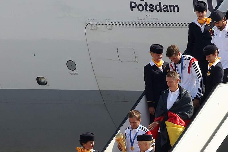 Os alemães chegaram num voo da Lufthansa