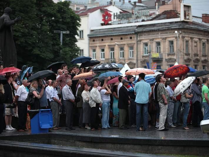 Nem a chuva afasta os ucranianos do ecrã