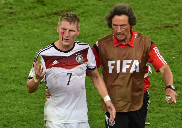Schweinsteiger sai a sangrar do campo