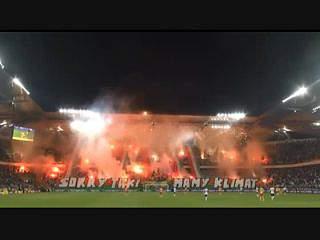 Fogo de artifício nas bancadas do Estádio do Légia Versóvia