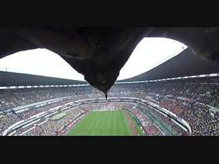 O que vê uma águia quando sobrevoa um estádio cheio?