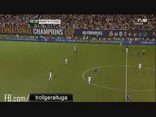 Real-Chelsea: Adepto invade campo e abraça Ronaldo