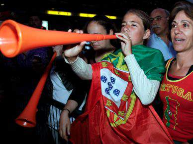Adeptos foram ao aeroporto de Lisboa despedir-se da selecção nacional
