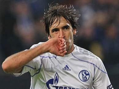 Tri de Raul dá goleada ao Schalke04