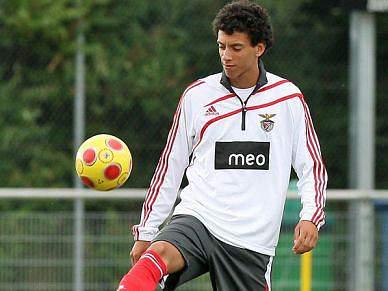 Benfica goleia e segue na frente