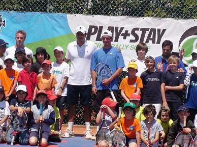 Federer faz a delícia dos mais novos