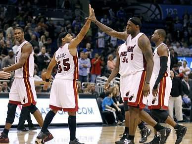 """LeBron com """"mão quente"""" dá vitória aos Heat"""