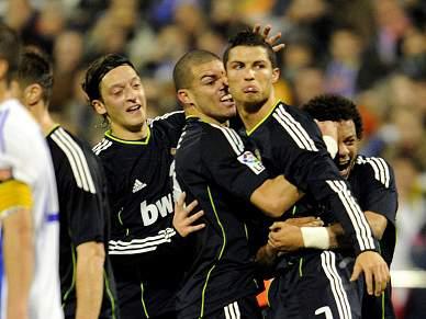 Ronaldo marca e Real pressiona Barça
