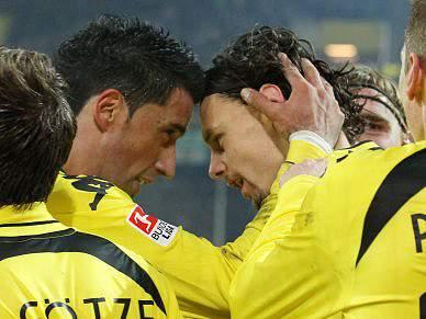 Jogadores do Borussia de Dortmund fazem acrobacias na auto-estrada