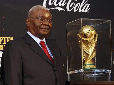 Armando Guebuza ao lado do troféu do Mundial com olhos postos no CAN