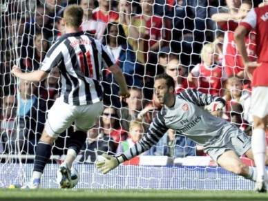 Guarda-redes Almunia do Arsenal falha jogo com Partizan