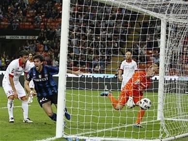 Inter goleia Bari e continua líder