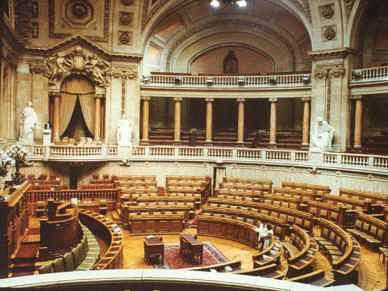 Parlamento a meio gás na estreia de Portugal