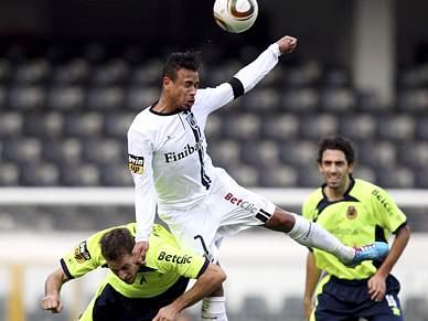 Guimarães vence e afasta Arouca