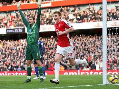 Arsenal vence e está mais perto do United