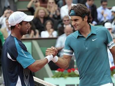 Federer vence Falla e segue em frente