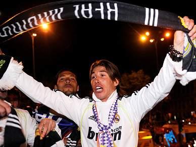 Sérgio Ramos deixa cair troféu do autocarro durante as celebrações