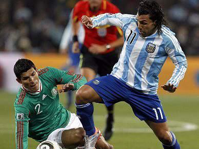 Confrontos entre adeptos no final do jogo em Soccer City