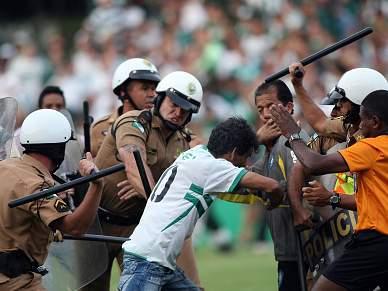 Polícia detém 15 adeptos do Curitiba