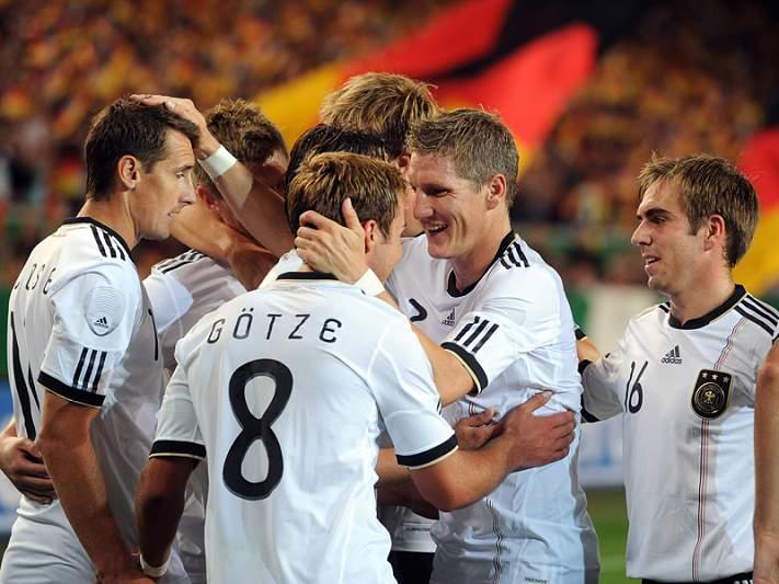 Líder Alemanha enfrenta Áustria aflita
