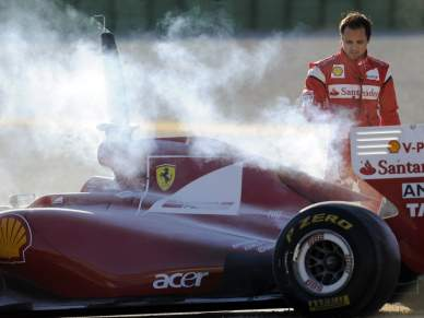 Fuga de óleo incendeia carro de Massa