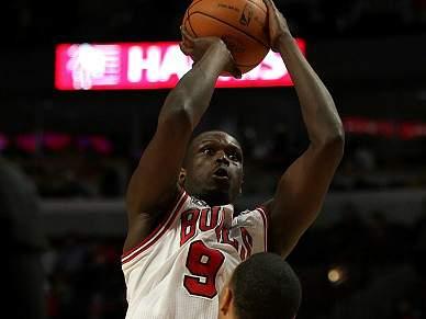 Deng faz 40 pontos na vitória dos Chicago Bulls