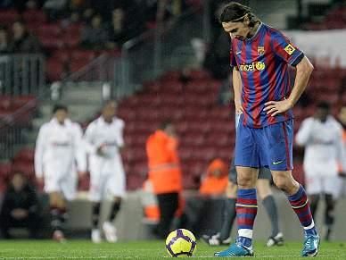 Barcelona perde com Sevilha e põe troféu em risco