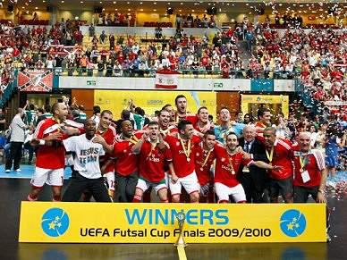 Jogadores exultam com título europeu de futsal
