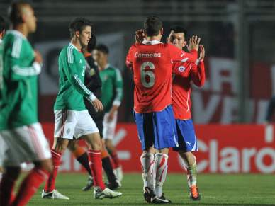 Chile surpreende México e lidera