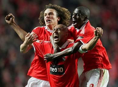 Luisão põe Benfica na frente