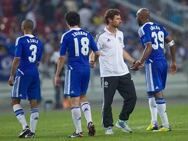 Chelsea vence com golo polémico