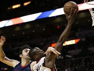 Dwayne Wade brilha e afunda Nets