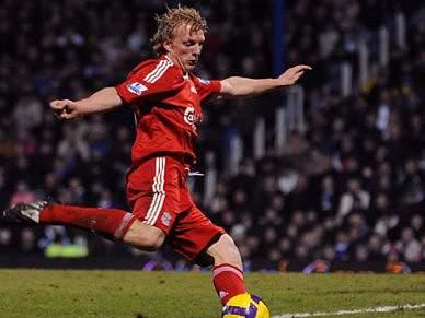 Liverpool surpreende Manchester com hat-trick de Kuyt