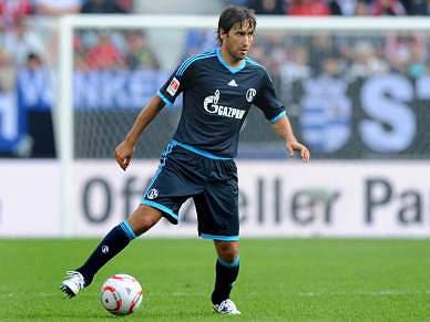 """""""Vou terminar a carreira no Schalke"""", diz Raúl"""