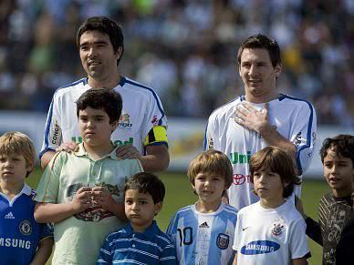 Messi até viu amarelo no jogo de beneficência de Deco