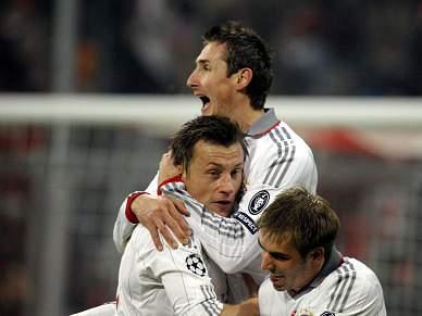 Golo irregular de Klose dá vantagem ao Bayern Munique