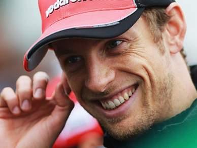 """Button vence em corrida """"molhada"""""""