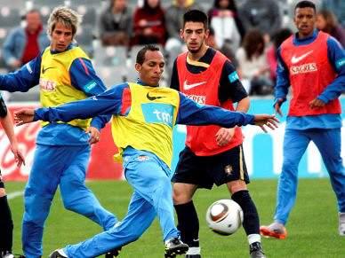 Queiroz volta a orientar treino com 7 internacionais