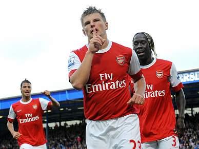 Arsenal vence e lidera à condição