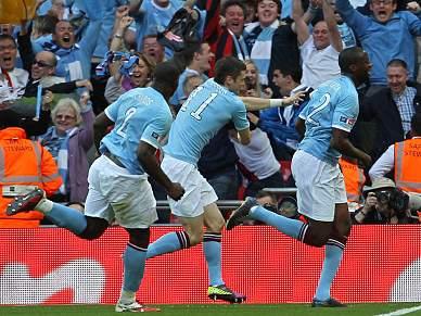 Yaya Touré dá troféu ao Manchester City