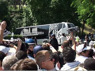 Autocarro do Vitória recebido com mais euforia