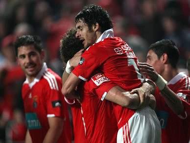 Benfica desliza para o título no dérbi