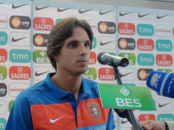 Nuno Gomes vê o jogo na bancada
