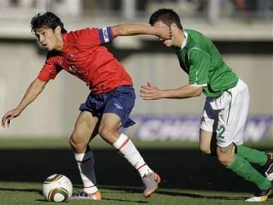 Matias Fernández em destaque na vitória do Chile