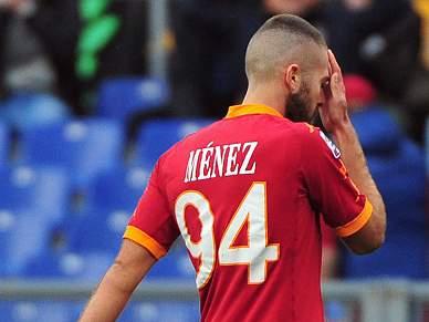 Adeptos da AS Roma apedrejam carro de Jeremy Menez