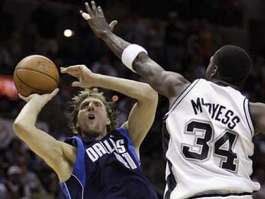Nowitzki renova com os Dallas Mavericks
