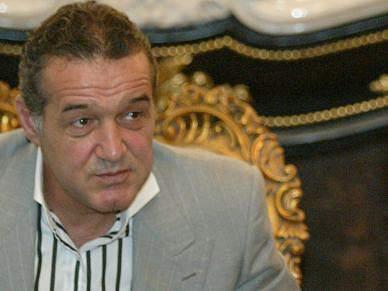 Adeptos do Steaua atiram salsichas em protesto com árbitro polaco