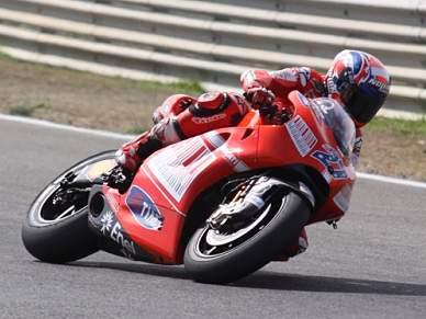 Stoner parte na frente de Rossi